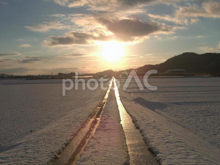 太陽への一本道001の写真