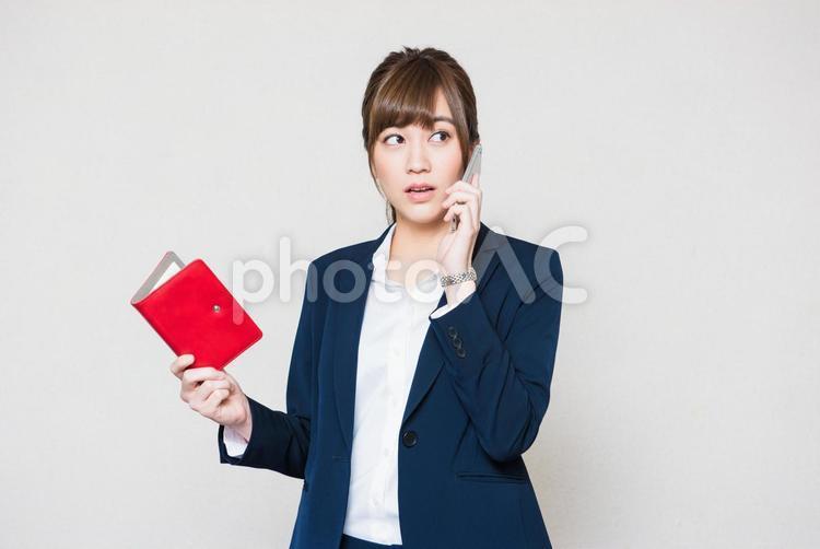 電話をする女性社員2の写真