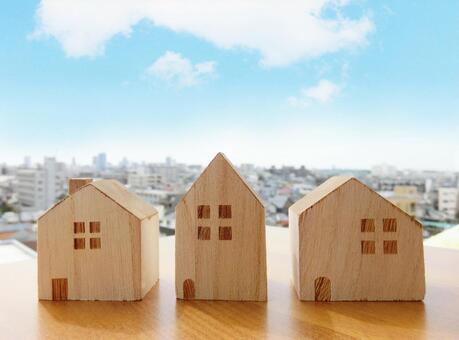나무를 쌓은 집과 거리 풍경과 푸른 하늘