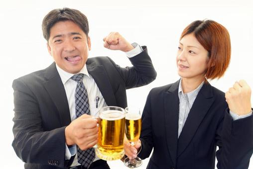 Men and women toasting beer