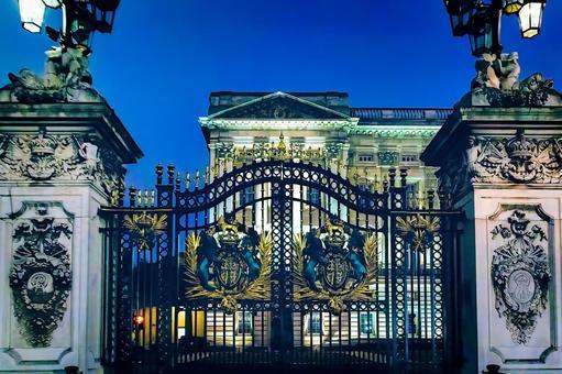 아름답게 라이트 업 된 밤의 버킹엄 궁전의 아름다운 문