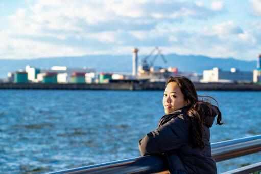 해안에서 미소의 여성 인물