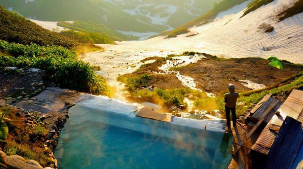 하쿠바 야리 온천의 온천과 석양을 바라 보는 사람