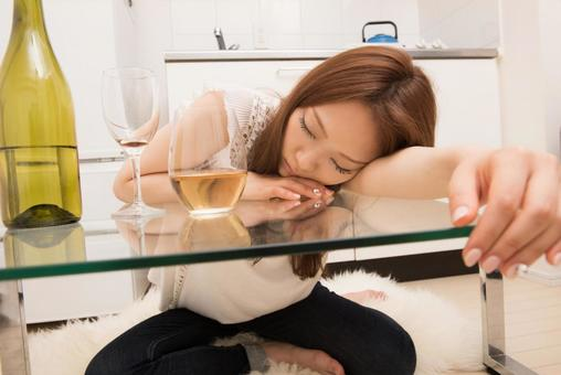 A woman who gets drowsy and sleeps 1