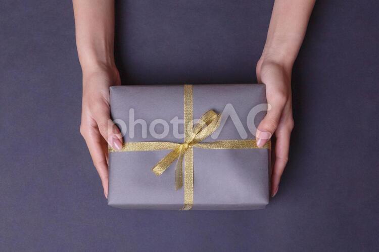 プレゼントを持つ人の写真
