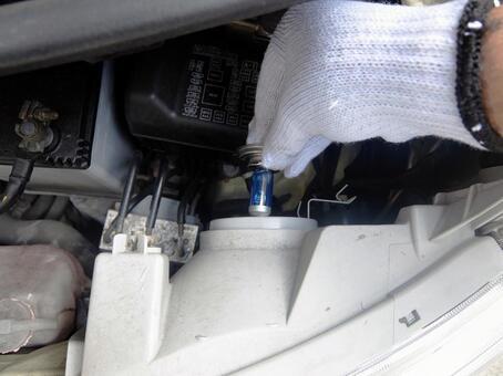자동차 정비에서 헤드 라이트 전구를 교체
