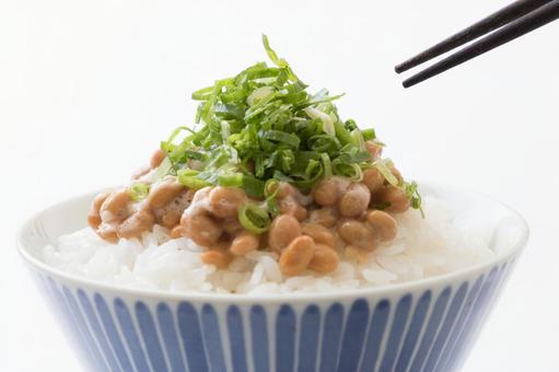 낫토 밥 파 젓가락 흰색 배경