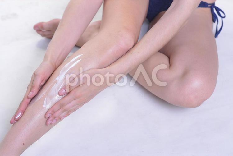 日焼け止めクリームを塗る女性4の写真