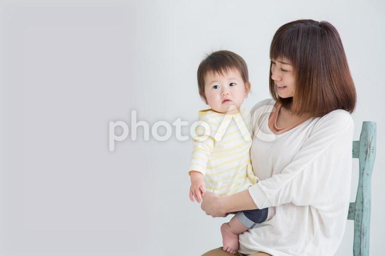 赤ちゃんを抱っこする女性の写真