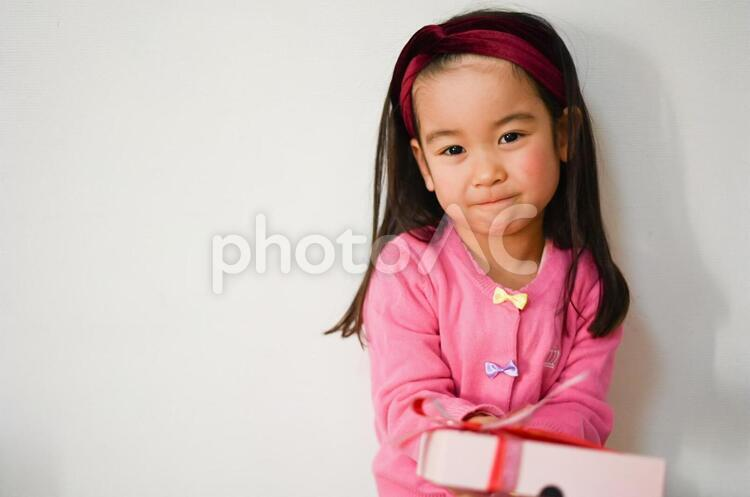 プレゼントを持った女の子2の写真