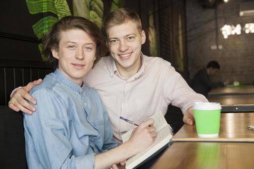 同性戀伴侶6坐在咖啡桌座位