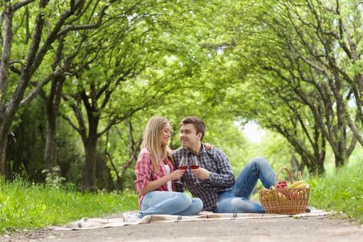 它是由綠色植物夫婦2包圍享受野餐