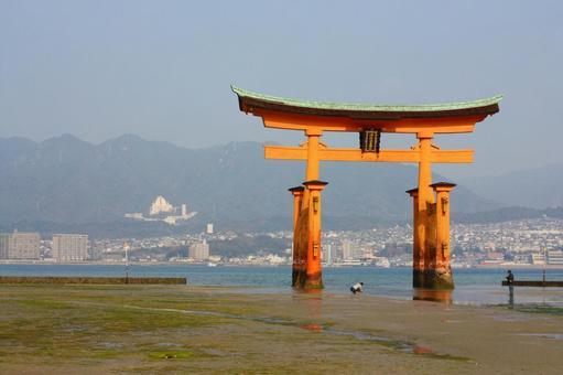 退潮時的嚴島神社的鳥居