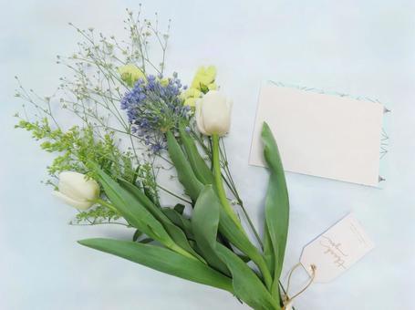 꽃다발과 축하 카드