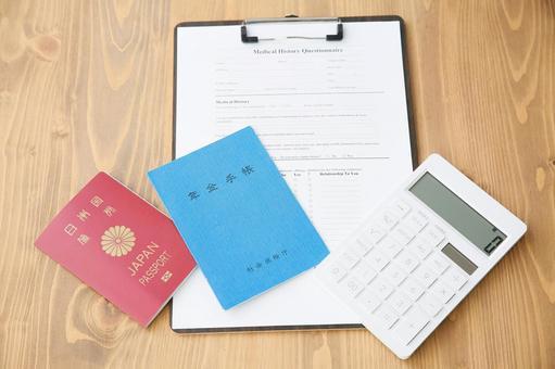 의료 기록과 계산기와 연금 수첩과 여권