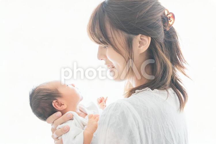 新生児(0歳0ヶ月)とお母さんの写真