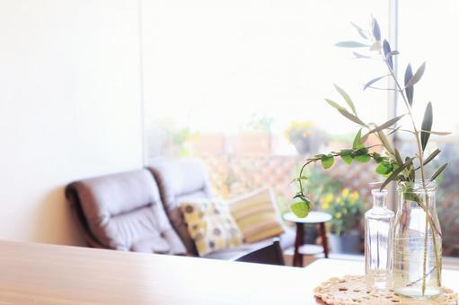 빈 병을 재활용하는 친환경적인 밝은 거실의 이미지