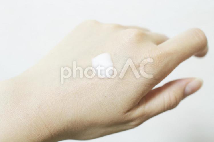 クリームと手の写真
