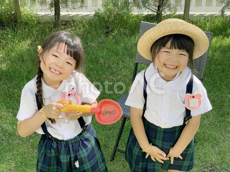 ふたご女の子 トカゲを捕まえるの写真