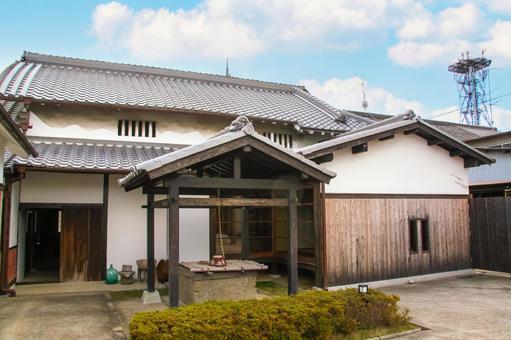 전통적인 목조의 일본 가옥과 오래된 우물