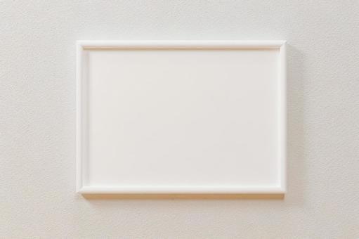 白牆。白色垂直 A4 和 A3 尺寸相框。