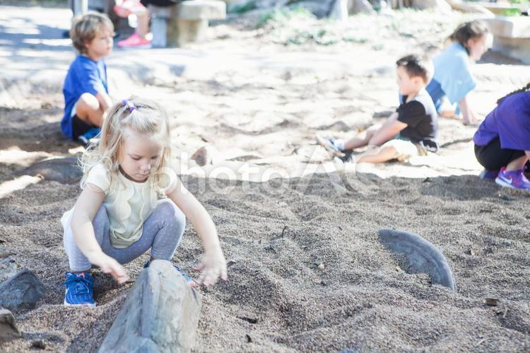 砂場で遊ぶ子供たちの写真