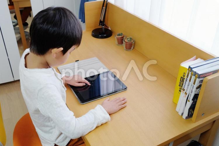 タブレットで勉強する子供の写真
