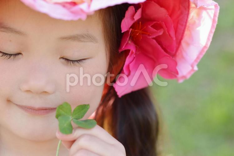 四つ葉と子供の写真