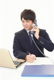 在電話上一個微笑的商人