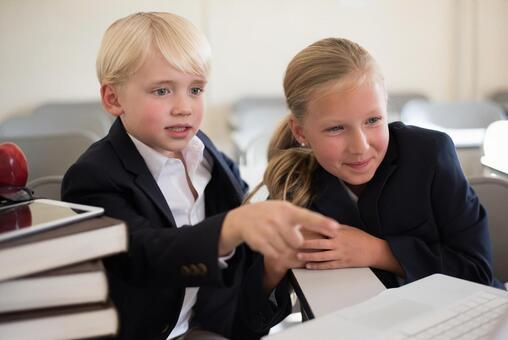 外国男孩和女孩在看电脑