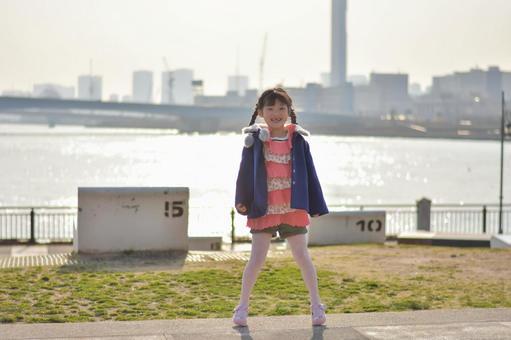 海洋,城市景觀和女孩