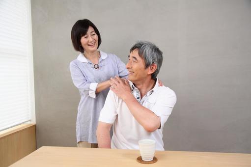 老年夫婦(3)按摩