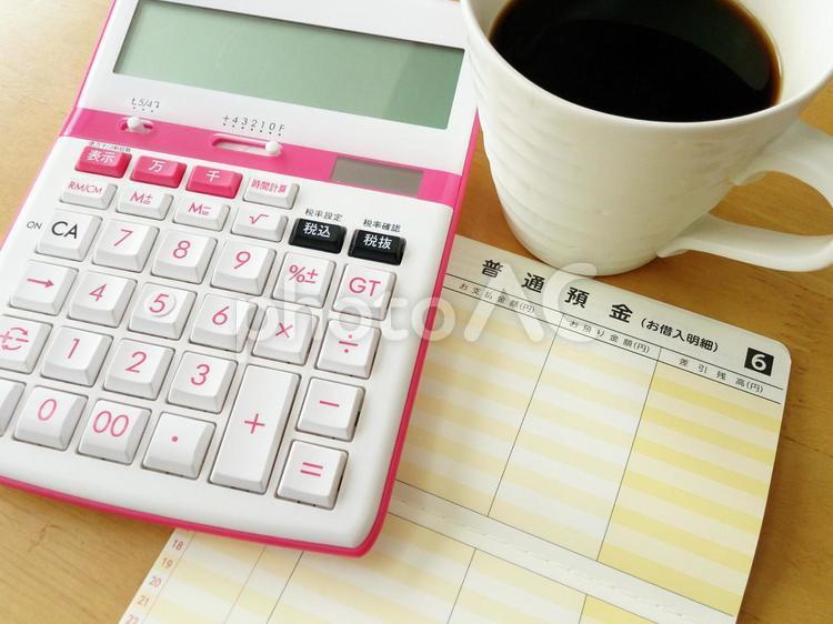 預金と電卓の写真