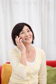 老年婦女2談談手機