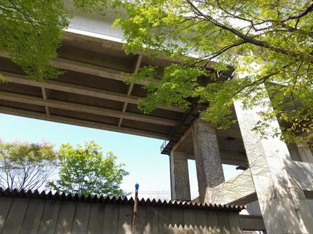 신칸센 고가 다리와 녹색 남쪽 후쿠시마 방면