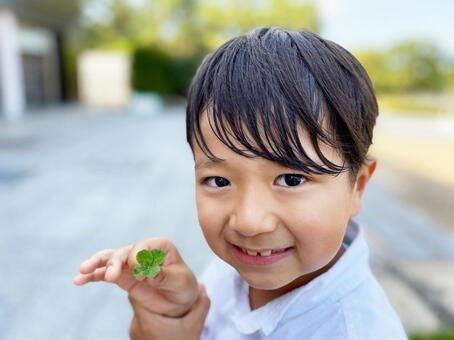 Elementary school student who found a four-leaf clover_01
