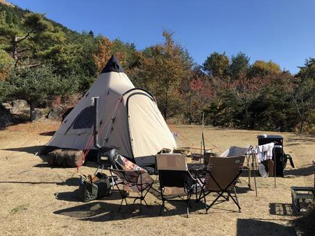 텐트와 거실과 단풍