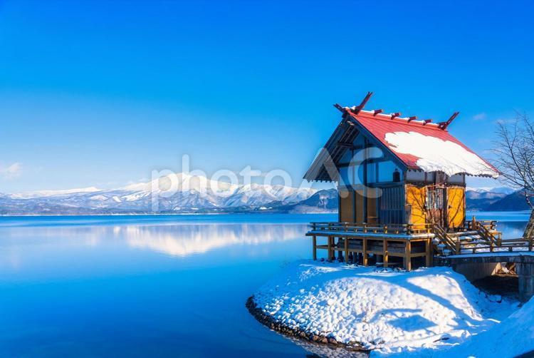 秋田県仙北市 冬の田沢湖 浮木神社の写真