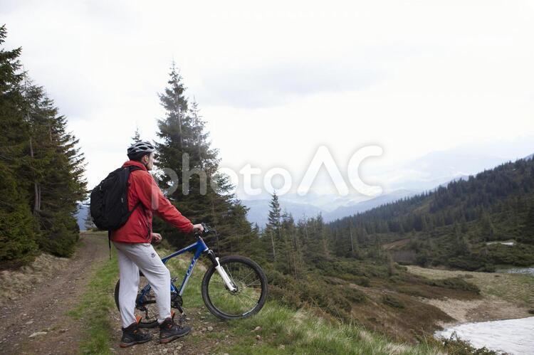 山道を自転車で行く男性8の写真