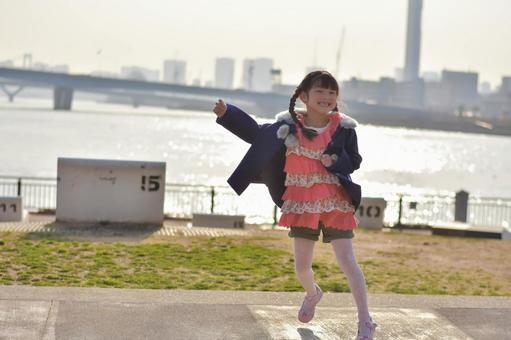 一個女孩高高興興地跳