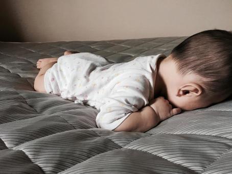 寝る で 赤ちゃん うつ伏せ 赤ちゃんがすぐうつ伏せになる。どうしたらいい?
