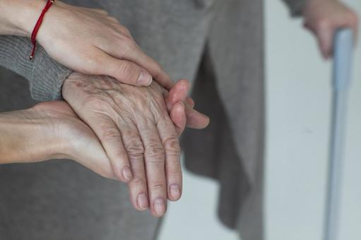 Hands that support the hands of the elderly