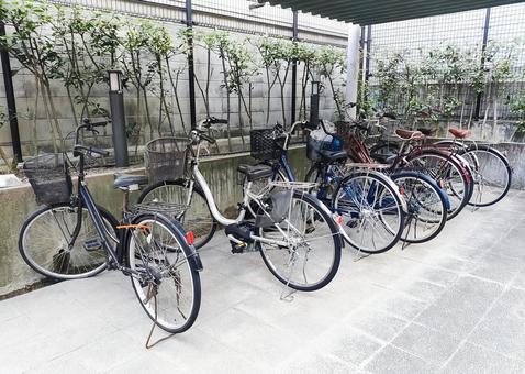 주차장에 늘어선 자전거