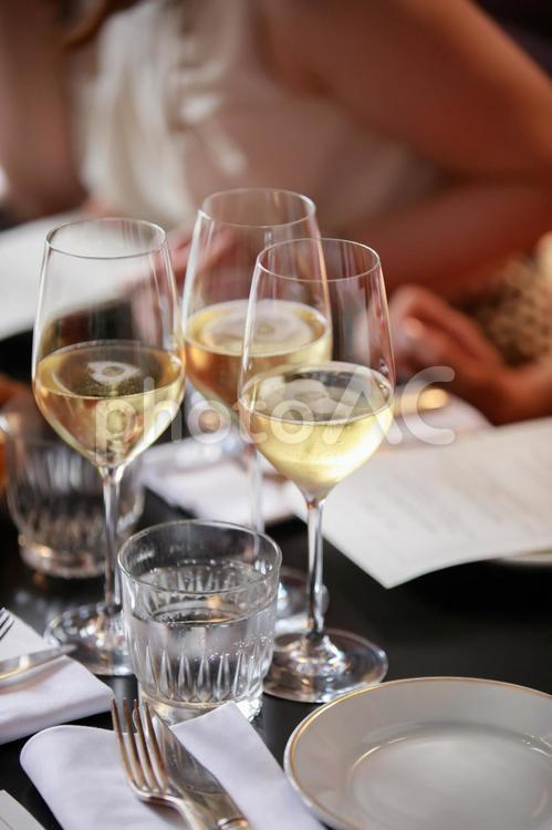 白ワインで女子会の写真