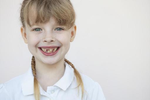 有微笑正畸器具的女孩