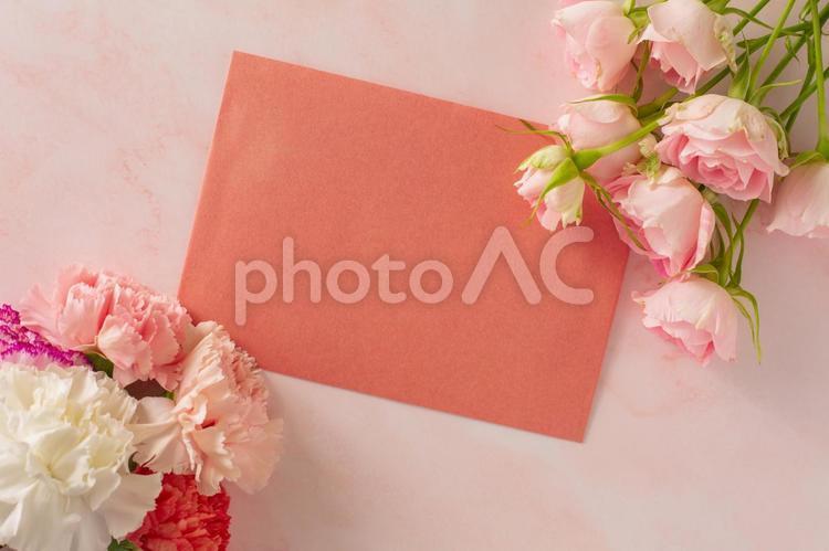 ピンクのバラとカーネーションのフレームに手紙の写真
