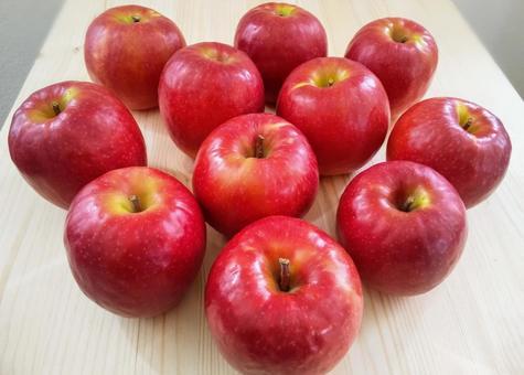 테이블에 늘어 놓은 사과