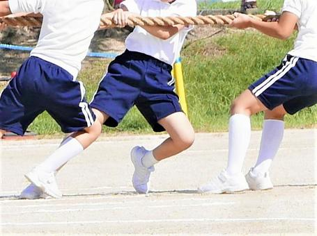 Elementary school athletic meet / tug of war (during competition)