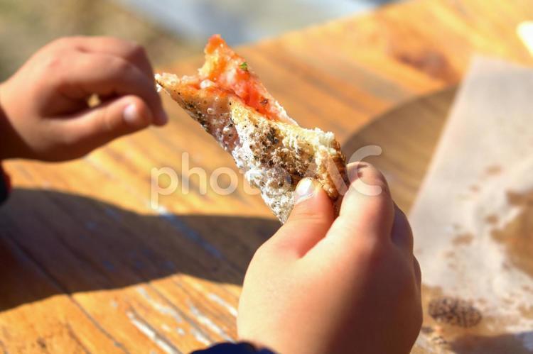 ピザを食べる幼児の写真