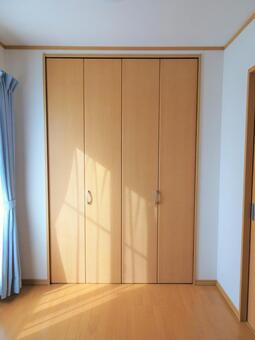 Room with a closet in the sun